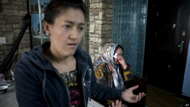 伊力哈木的妻子古再努尔与母亲对记者讲述事情经过(16/01/2014)
