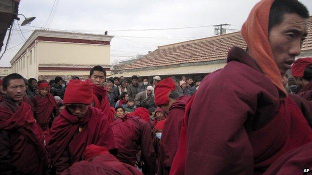 青海玉树囊谦县监狱前藏民集会要求释放堪布尕才等人(15/1/2014)