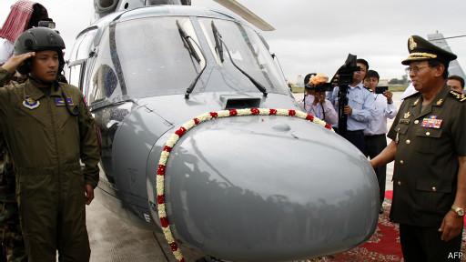 Bộ trưởng quốc phòng - Tướng Tea Banh nhận trực thăng TQ tặng