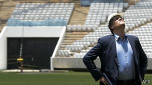 Valcke observa Arena Corinthians em visita / Crédito da foto: AFP