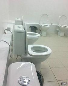 Baño con varios inodoros