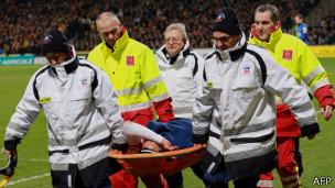 Radamel Falcao abandona la cancha lesionado