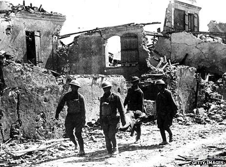 Soldados cargando herido