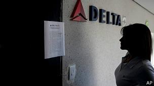 Mujer lee aviso en Delta Airlines