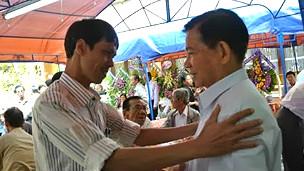 Ông Phạm Chí Dũng (trái)