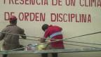 Operários pintam muro antes de início da Celac   Crédito: Luis Kawaguti/BBC Brasil
