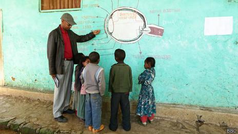 Voluntario enseña sobre la infección