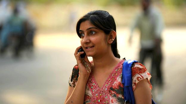 फ़ोन पर बात करती एक लड़की