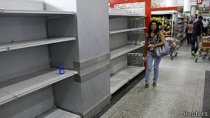 Anaqueles vacíos en supermercado de Caracas, Venezuela