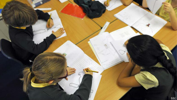 Crianças em escola | Foto: BBC