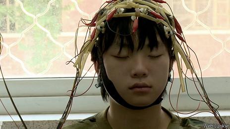 Adolescente en un electroencefalograma