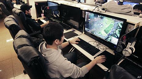 Joven jugando en internet