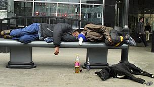 Hombres duermen en banco en Móscú