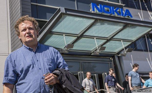 Empleado de Nokia saliendo de la sede tras enterarse de que iba a haber despidos.