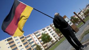 Hombre con bandera alemana