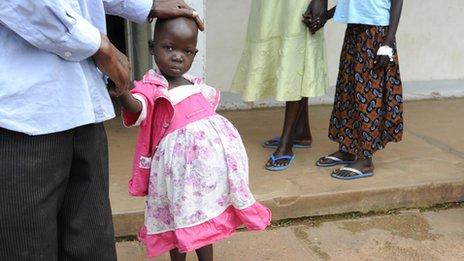 Niña con cáncer en Uganda