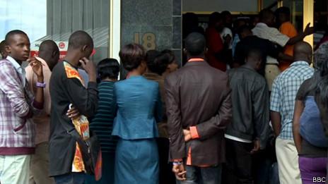 Gente frente a banco