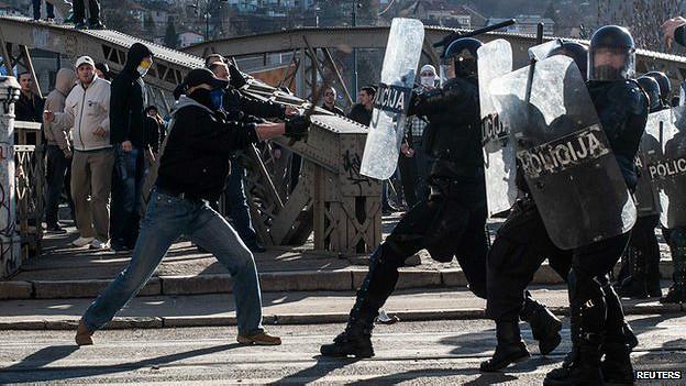 Manifestantes antigubernamentales y policías en Sarajevo