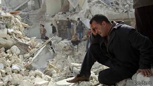Un hombre llora sobre su casa destruida en Alepo