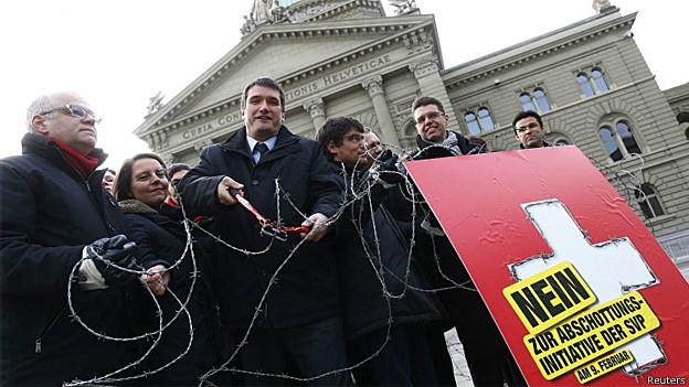 Membros socialistas do Parlamento suíço fazem manifestação contra proposta de cotas de imigração (Arquivo/Reuters)