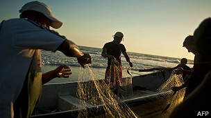 pescadores en una playa de garita palmera, El Salvador
