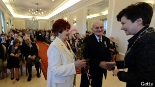 Pareja en Polonia recibe medalla al cumplir bodas de oro