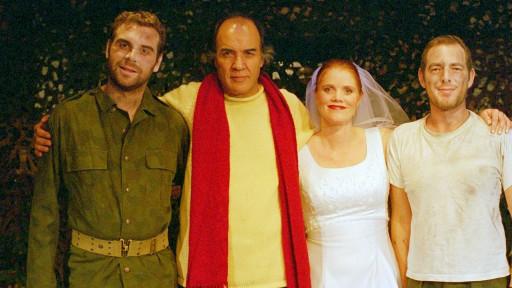 منصور کوشان (دوم از چپ) هنگام اقامتش در نروژ، بار دیگر به تئاتر بازگشت. پشت صحنه آسانسور آشپزخانه؛ نوشته هارولد پینتر طراح و کارگردان منصور کوشان