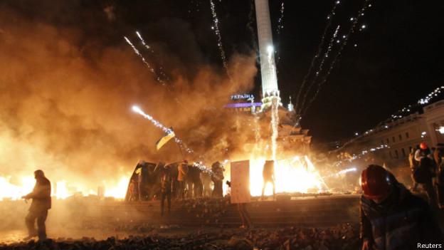 Em dia de violência, polícia avança contra acampamento opositor na Ucrânia