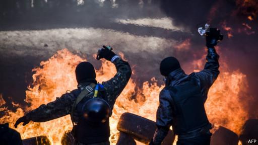 Протестующие на Майдане с коктейлями Молотова