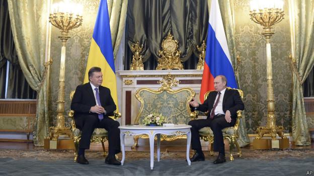 Viktor Yanukovych, ex-presidente da Ucrânia, com o presidente da Rússia, Vladimir Putin (AP)