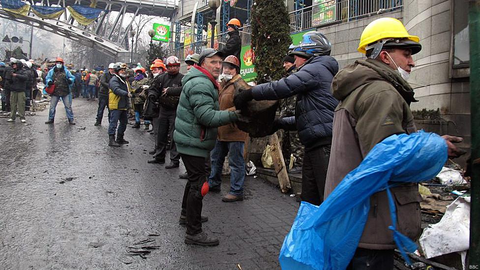 Демонстранты, собирающие камни