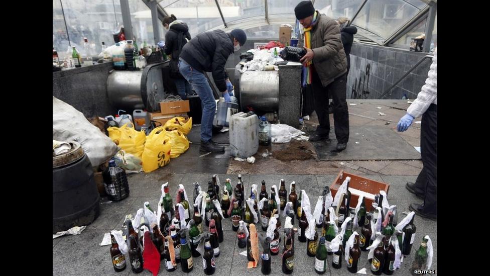 Протестующие готовят бутылки с горючкой