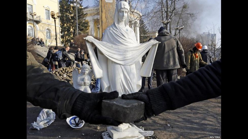 Протестующие передают кирпичи