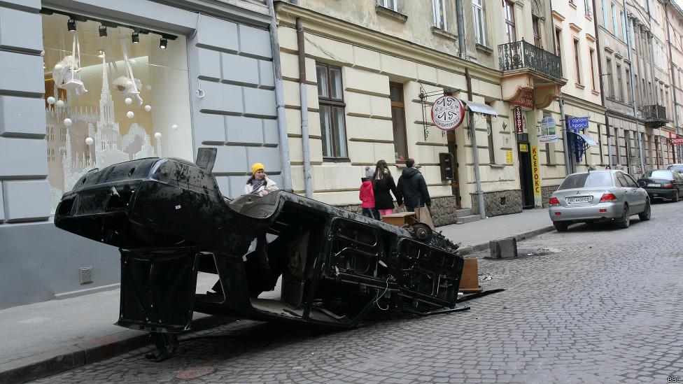 Сожженная машина на улице Львова