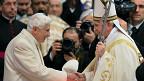 El papa Francisco (der.) junto al papa emérito Benedicto