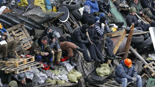 Manifestantes en una barricada en Kiev.