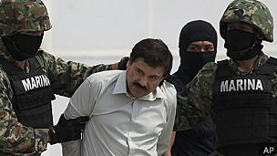 Guzmán escoltado por efectivos de la Marina de México