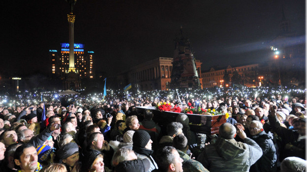 Aglomeração na Praça da Independência, em Kiev, neste sábado (AFP)