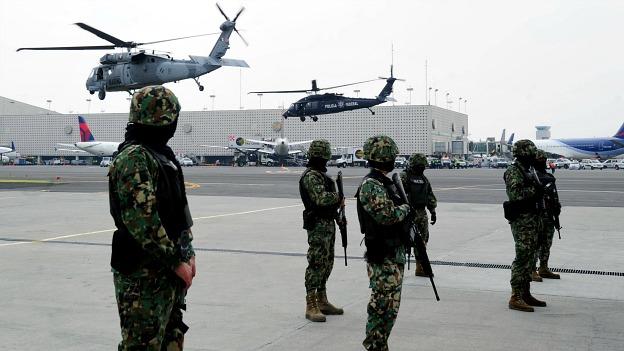 Helicópteros detrás de efectivos de seguridad