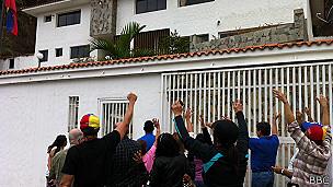 Vecinos frente a la casa de Ángel Vivas