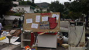 Barricadas próximas à casa de Vivas (BBC)