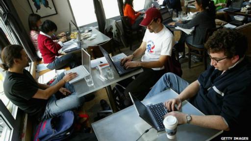Clientes usam a rede wi-fi de um café (Getty)