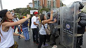 Manifestante y Guardia Nacional