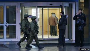 Policias a las afueras del aeropuerto