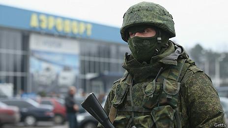 Soldado fuera del aeropuerto internacional de Simferopol