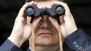 Виктор Янукович смотрит в бинокль