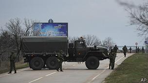 Soldados fuera del aeropuerto de Sebastopol
