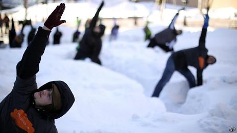 Personas hacen yoga en la nieve