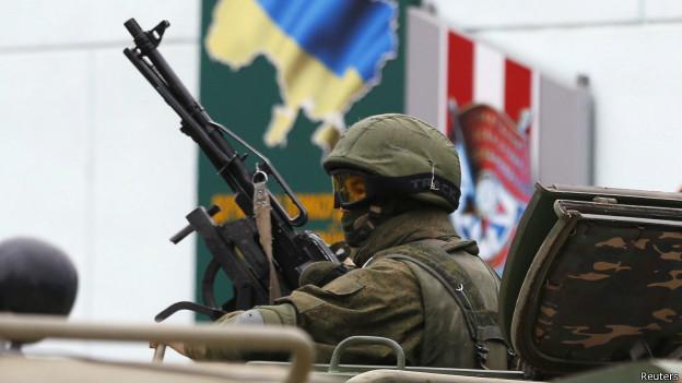 Soldado en vehículo militar ruso en la Balaklava, Crimea