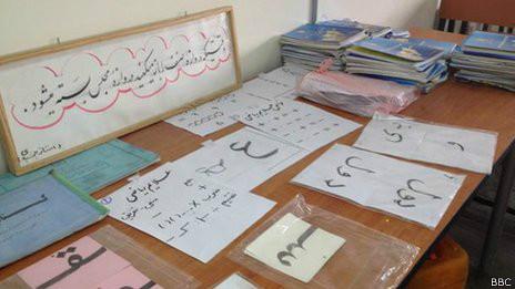 Material de cursos de alfabetização para soldados e policiais | Foto: Tahir Qadiry/BBC